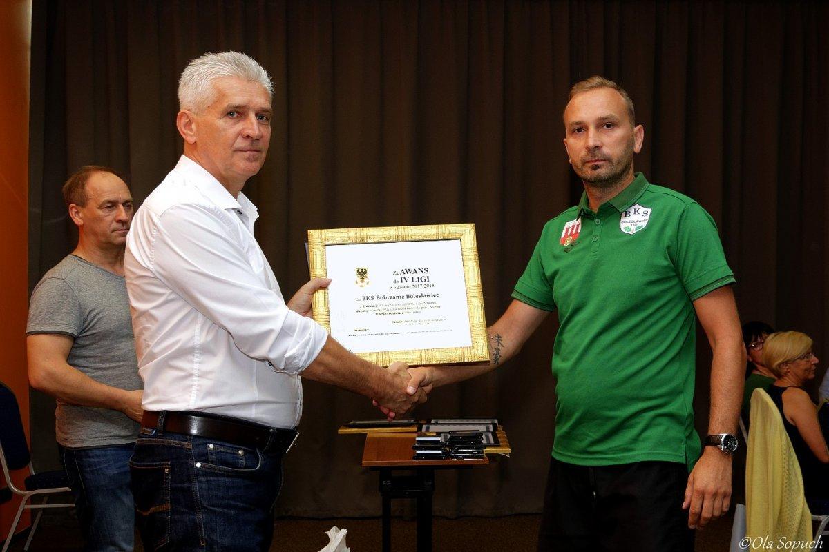 Prezes DZPN Andrzej Padewski gratuluje prezesowi BKS awansu do IV ligi