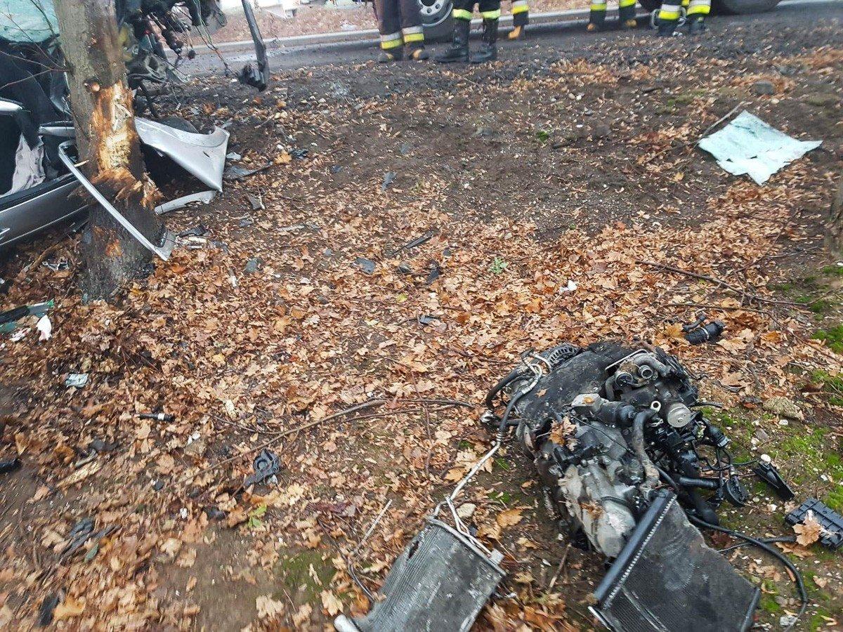 Wypadek w Ocicach. 19-letni kierowca citroena wjechał w drzewo