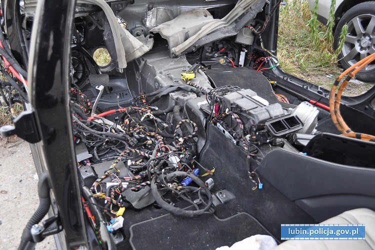 Policja zlikwidowała dziuplę z luksusowymi autami kradzionymi za granicą z-index: 0