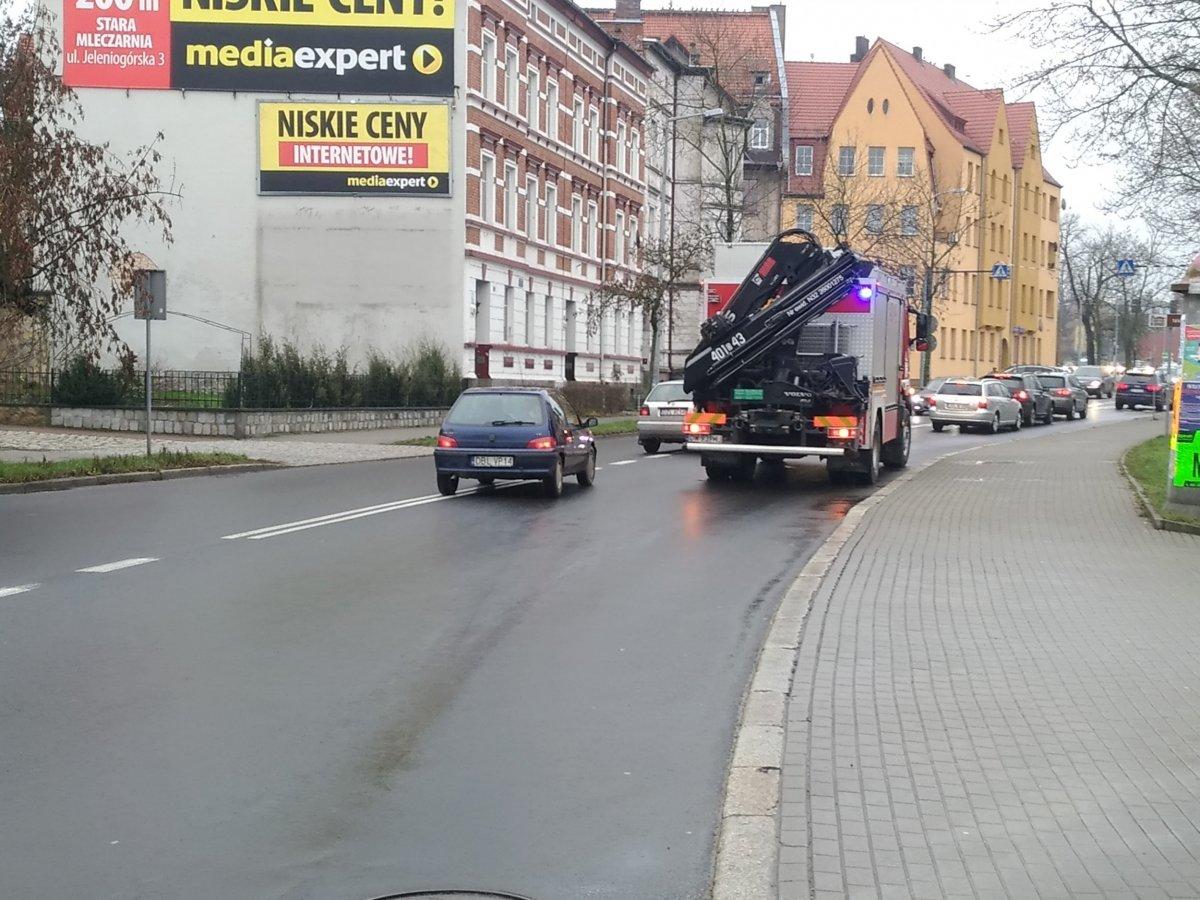 Wóz straży pożarnej na drodze