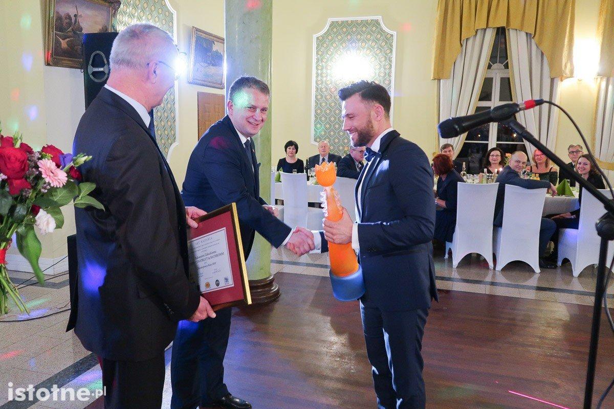 Łukasz Załucki z Ready Construct & Bathroom odbiera nagrodę Kazimierza