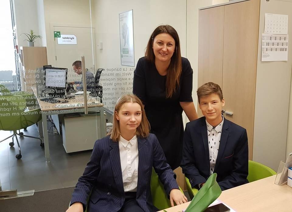 Patrycja Majewska ambasadorka BGŻBNP Paribas z uczniami: Adrianną Kowalską i Jakubem Górskim