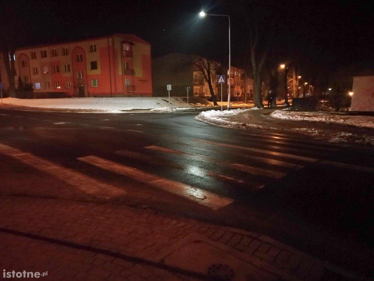 """Słabo oświetlone pasy na krzyżówce Podgórna–Tyrankiewiczów. """"Naprawdę strach"""""""