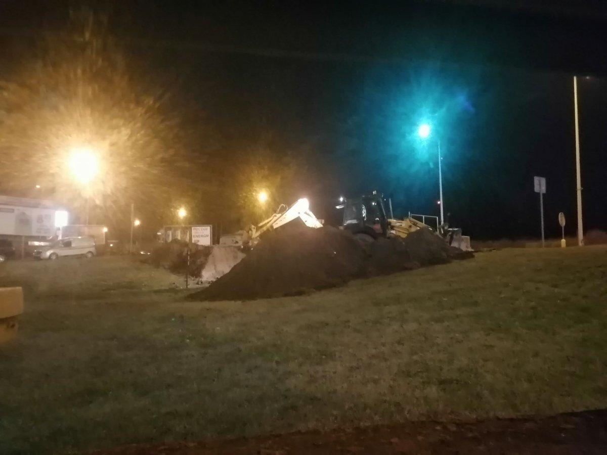 Robotnicy rozkopują ziemię, by dotrzeć do gazociągu
