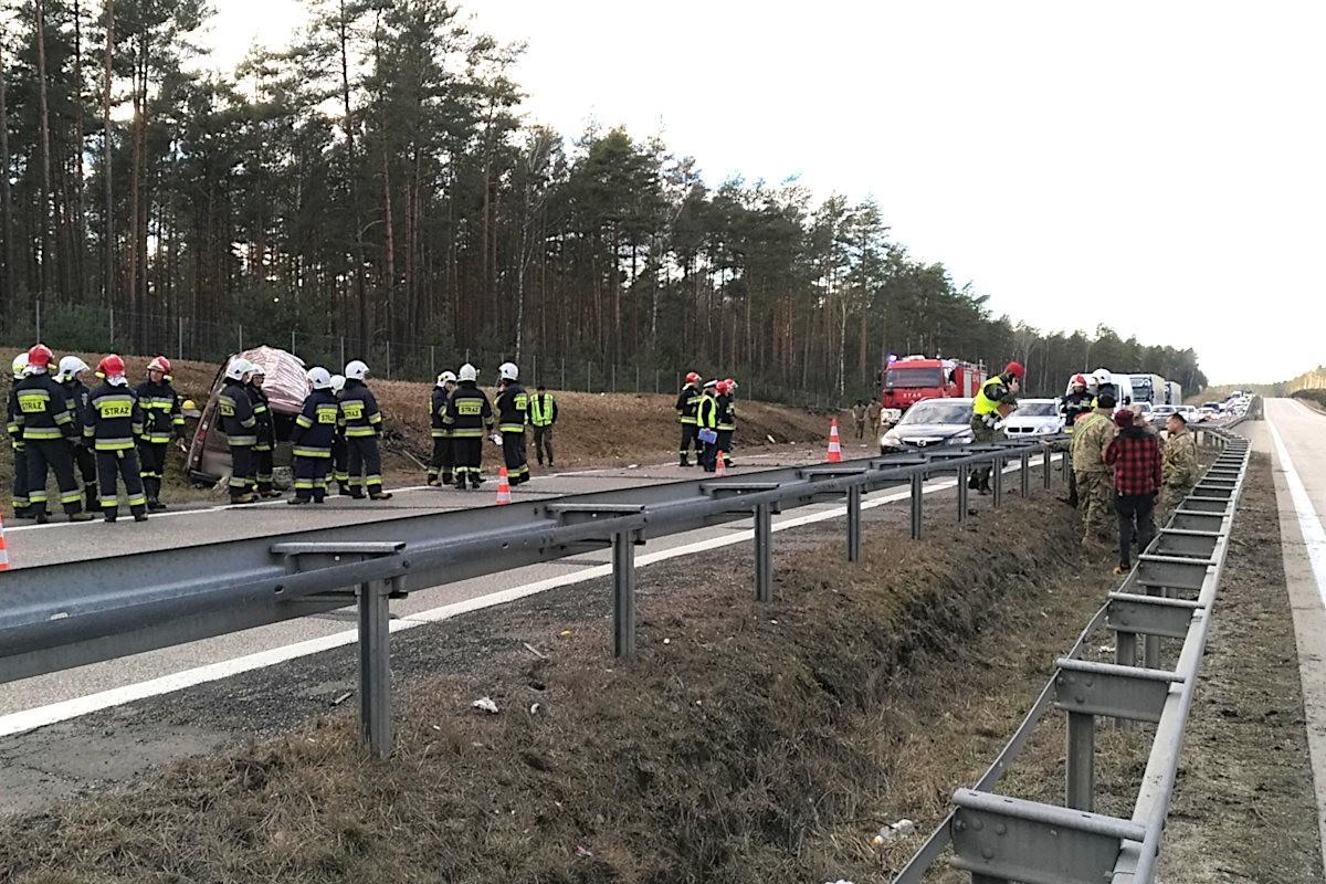Wypadek busa z Amerykanami na A18. Siedmiu żołnierzy rannych z-index: 0