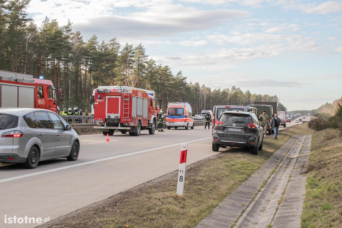 Wypadek busa z Amerykanami na A18. Sześciu żołnierzy rannych