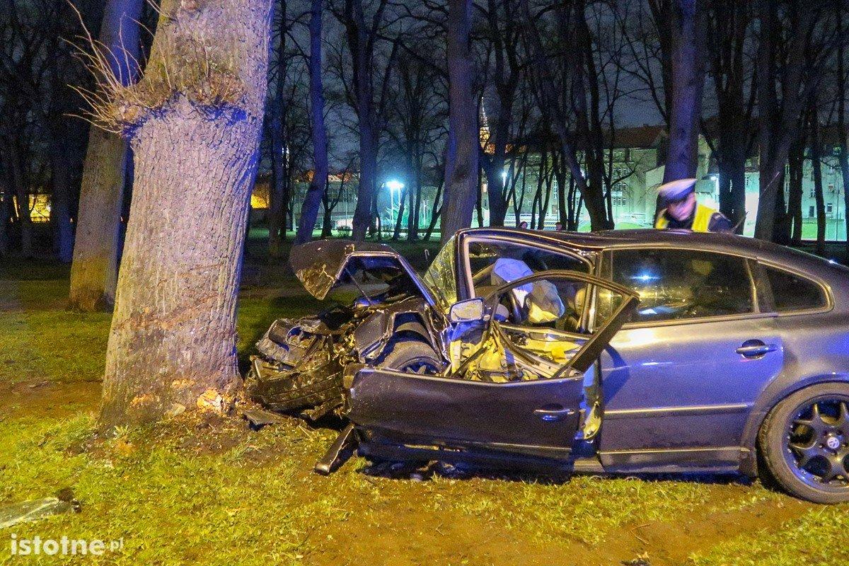 Wypadek na Garncarskiej, kierowca wpadł autem do parku