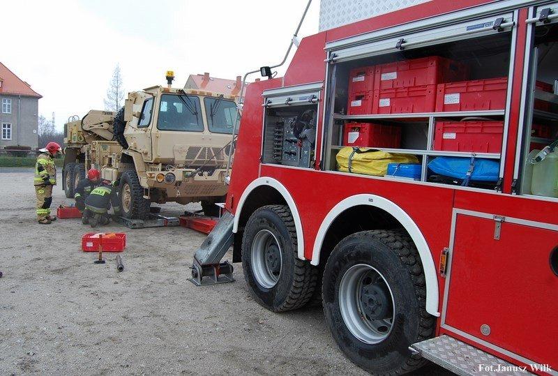 Strażackie ćwiczenia ze sprzętem wojskowym