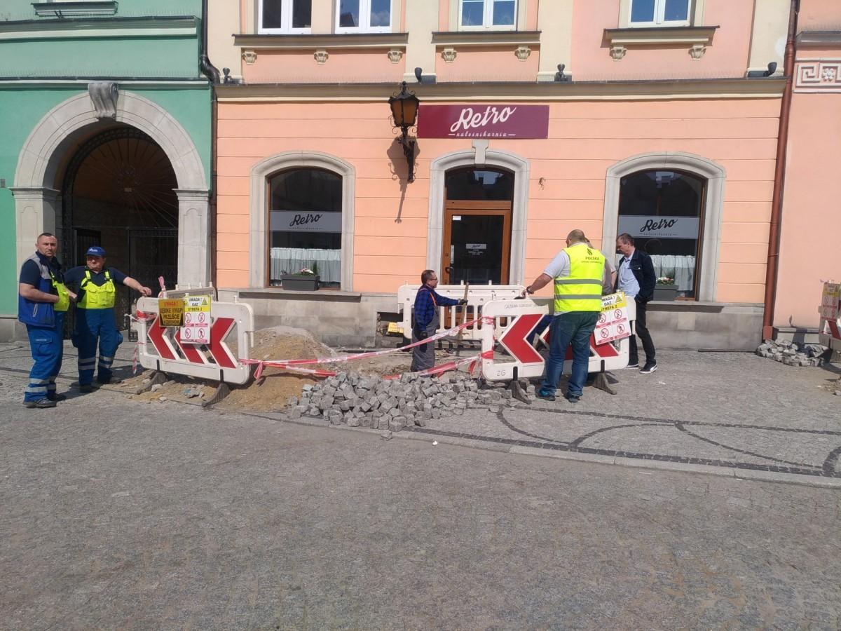 Ewakuacja ludzi z kamienicy w Rynku