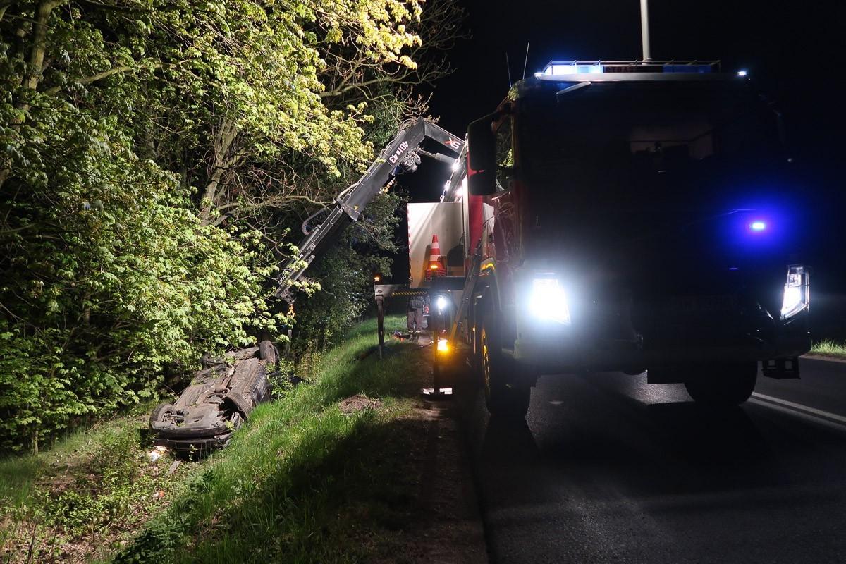 Auto dachowało koło Bolesławca, dwie osoby poszkodowane