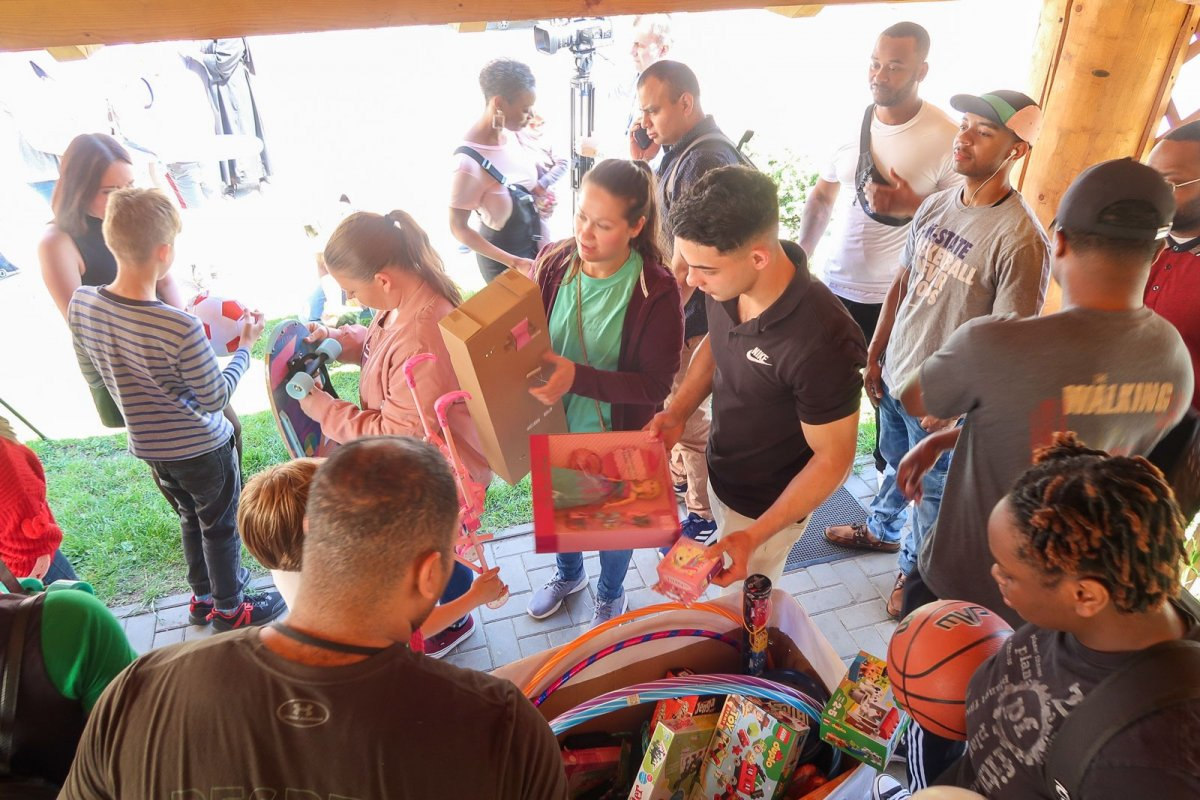 Żołnierki i żołnierze US Army z wizytą i prezentami w Domu Dziecka