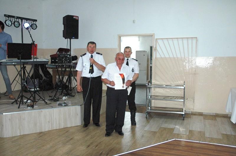 Strażacy ochotnicy z Różyńca ze sztandarem