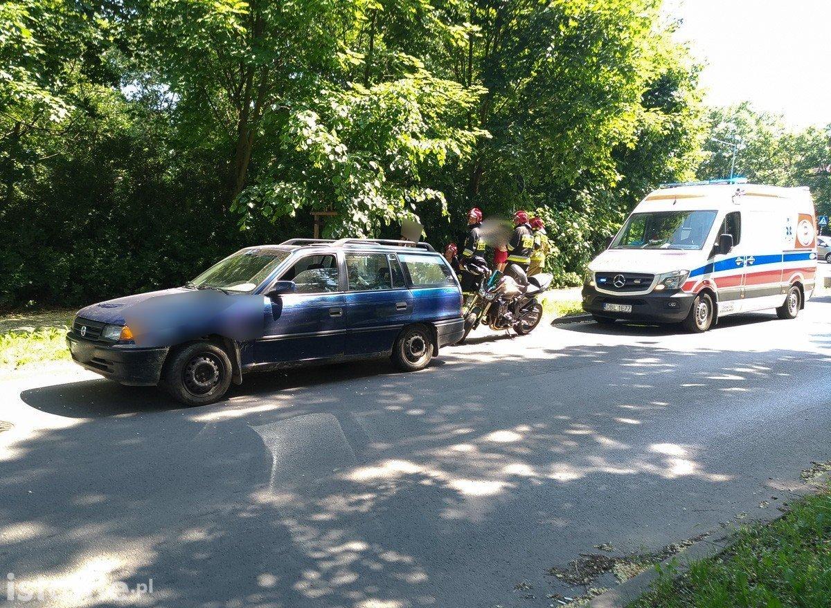 Zderzenie dwóch pojazdów na Spokojnej. Motocyklista ranny