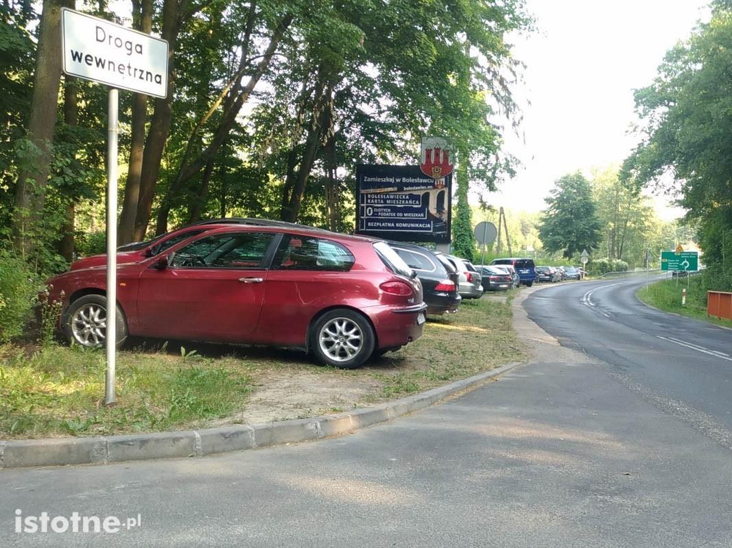 Auta zaparkowane przed Leśnym Potokiem