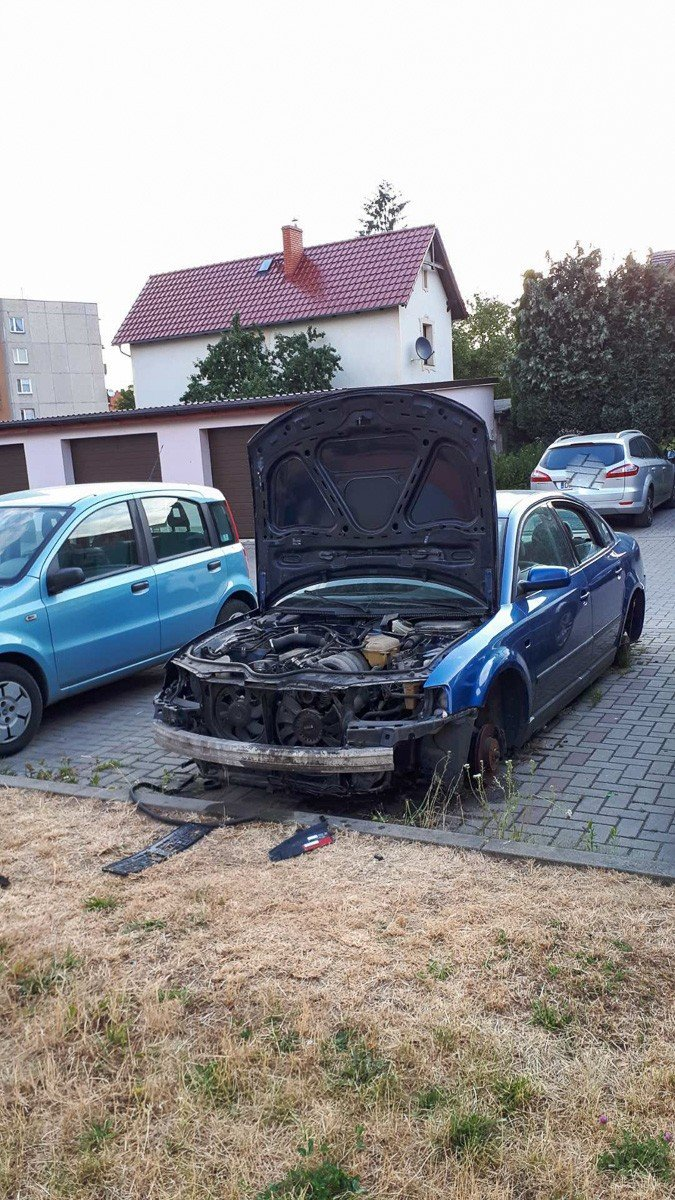 Rozbebeszone auto straszy przy Jezierskiego