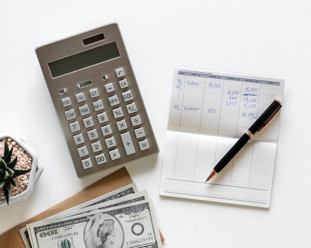 Kalkulator i notes na blacie stołu