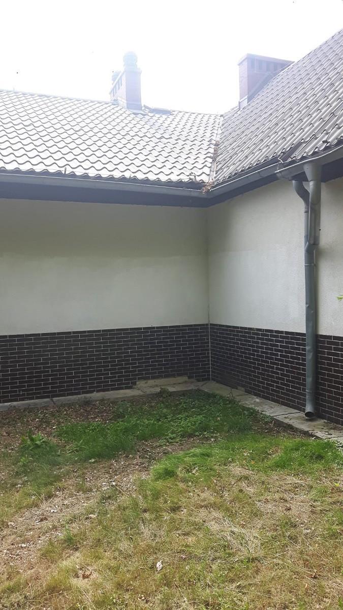 Bohomazy zniknęły z elewacji Domu Ludowego w Otoku