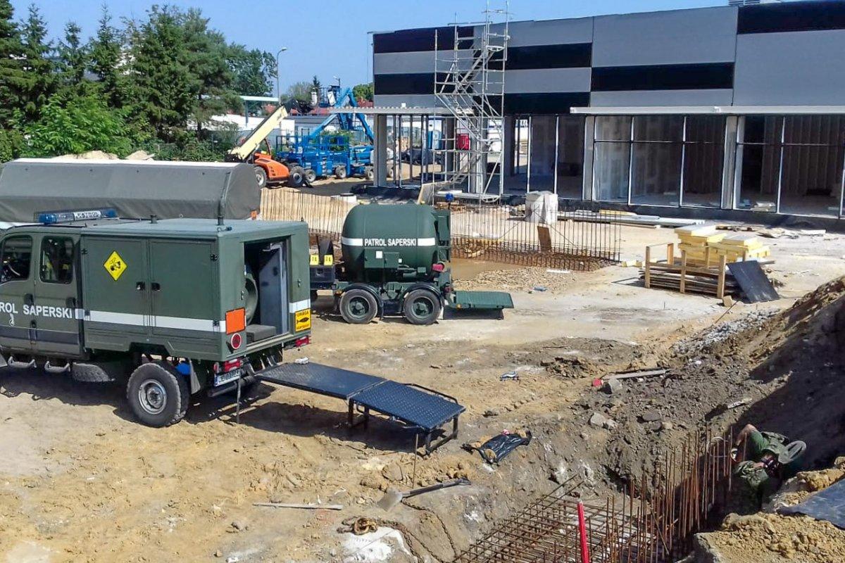 Akcja saperów na budowie parku handlowego