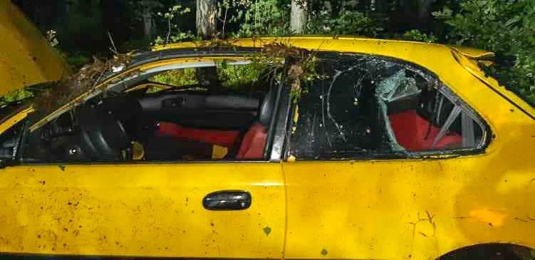 Wypadek pod Gromadką. Auto dachowało, dwie osoby ranne