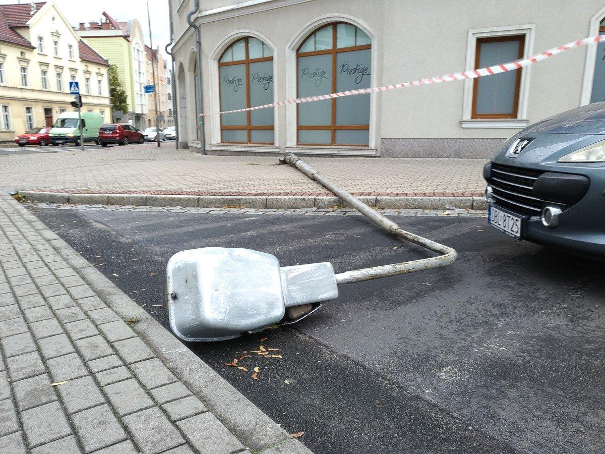 Wichura w Bolesławcu: latarnia spadła na auto