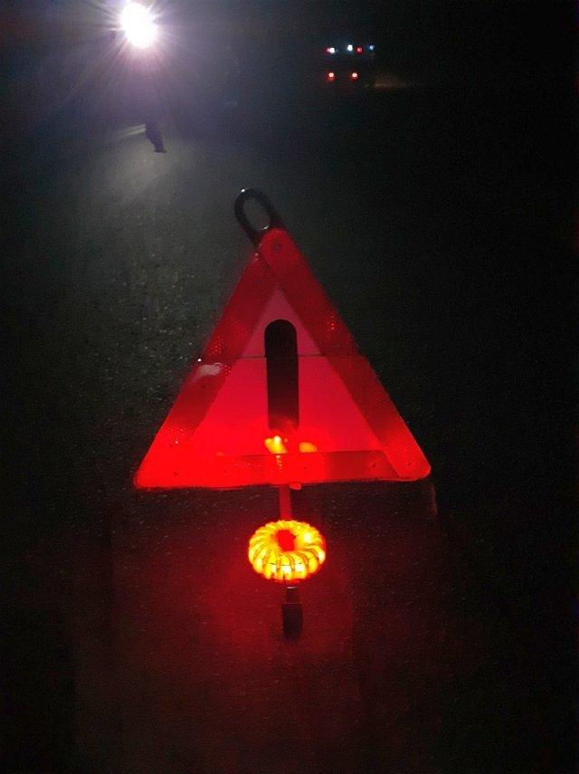 Trójkąt ostrzegawczy na drodze między Krzyżową a Gromadką
