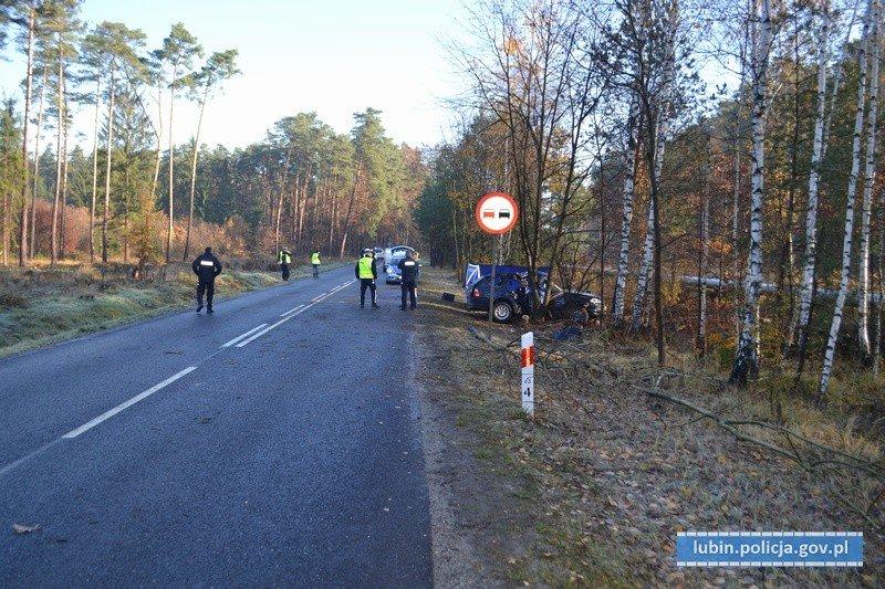 Bmw uderzyło w drzewo. 34-latka zginęła na miejscu, 23-letni kierowca w ciężkim stanie