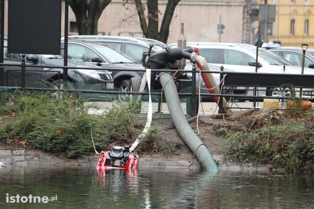 Akcja wypompowywania wody ze stawu miejskiego