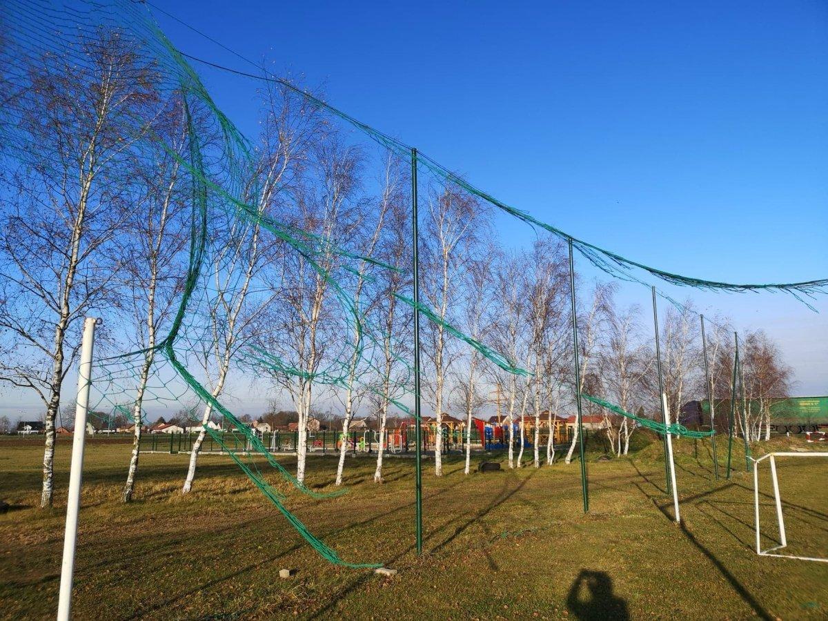 Zniszczony obiekt piłkarski w Parzycach