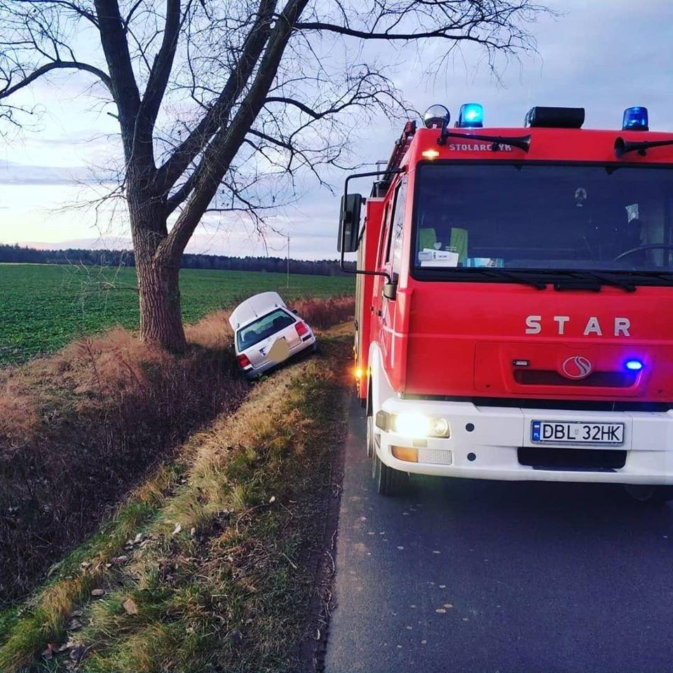 Volkswagen wypadł z drogi i wylądował w rowie