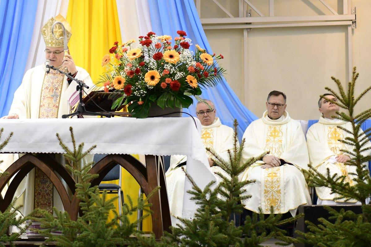 Ksiądz Andrzej Jarosiewicz (drugi od prawej) w czasie mszy, przed zasłabnięciem