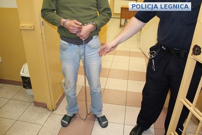 Napadł i okradł niepełnosprawną kobietę. Recydywista aresztowany