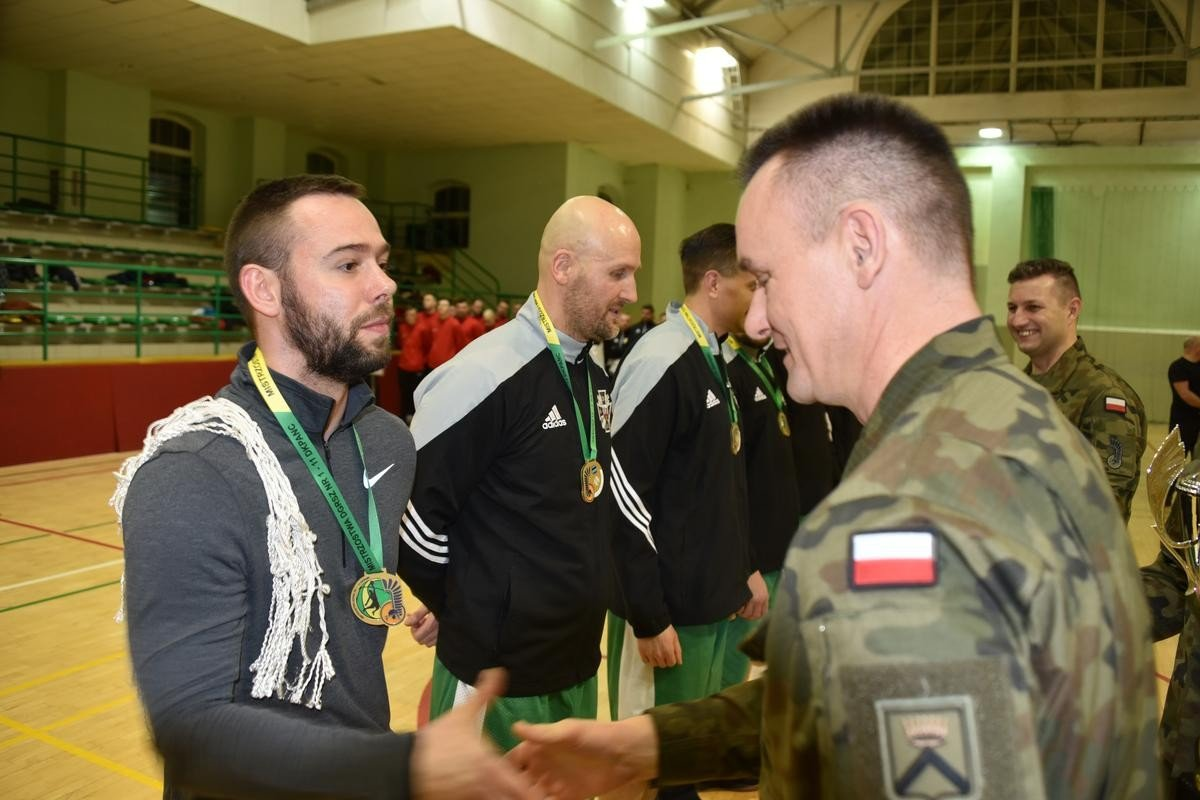 Koszykarze z 23 pułku artylerii na najwyższym stopniu podium