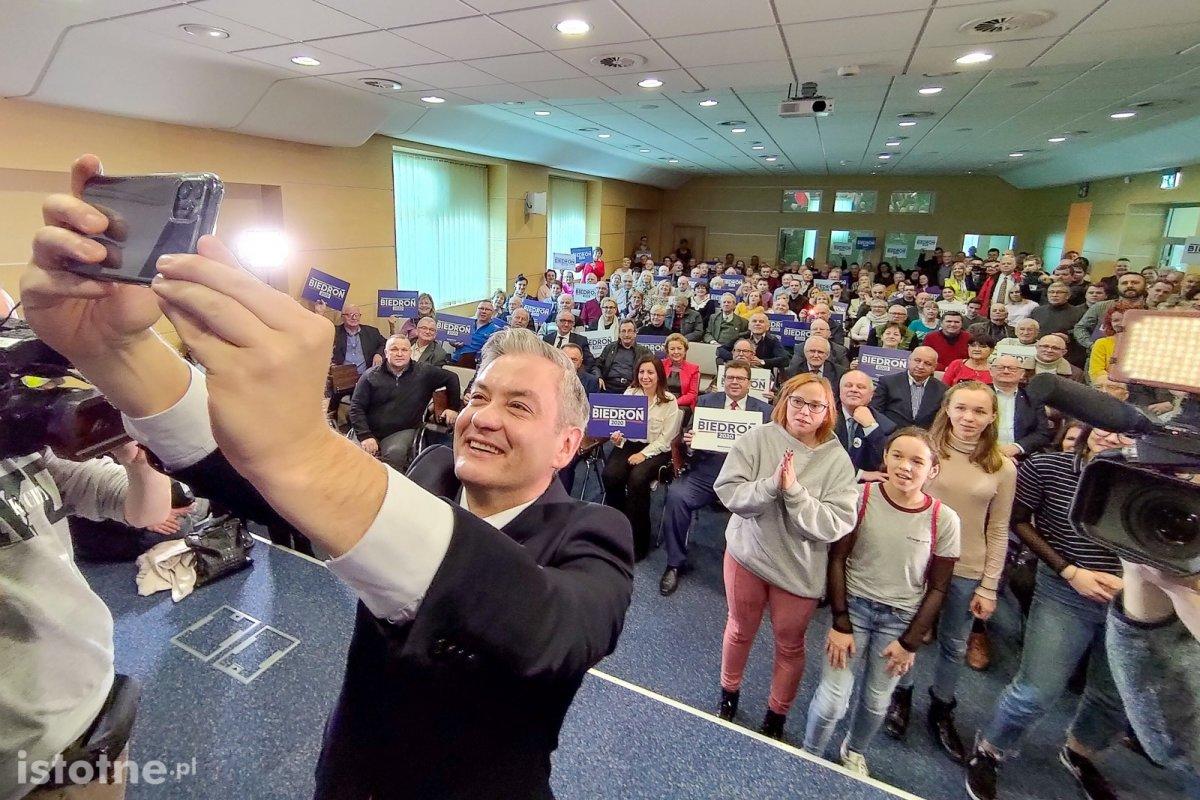 Robert Biedroń wykonujący selfie na spotkaniu z bolesławianami