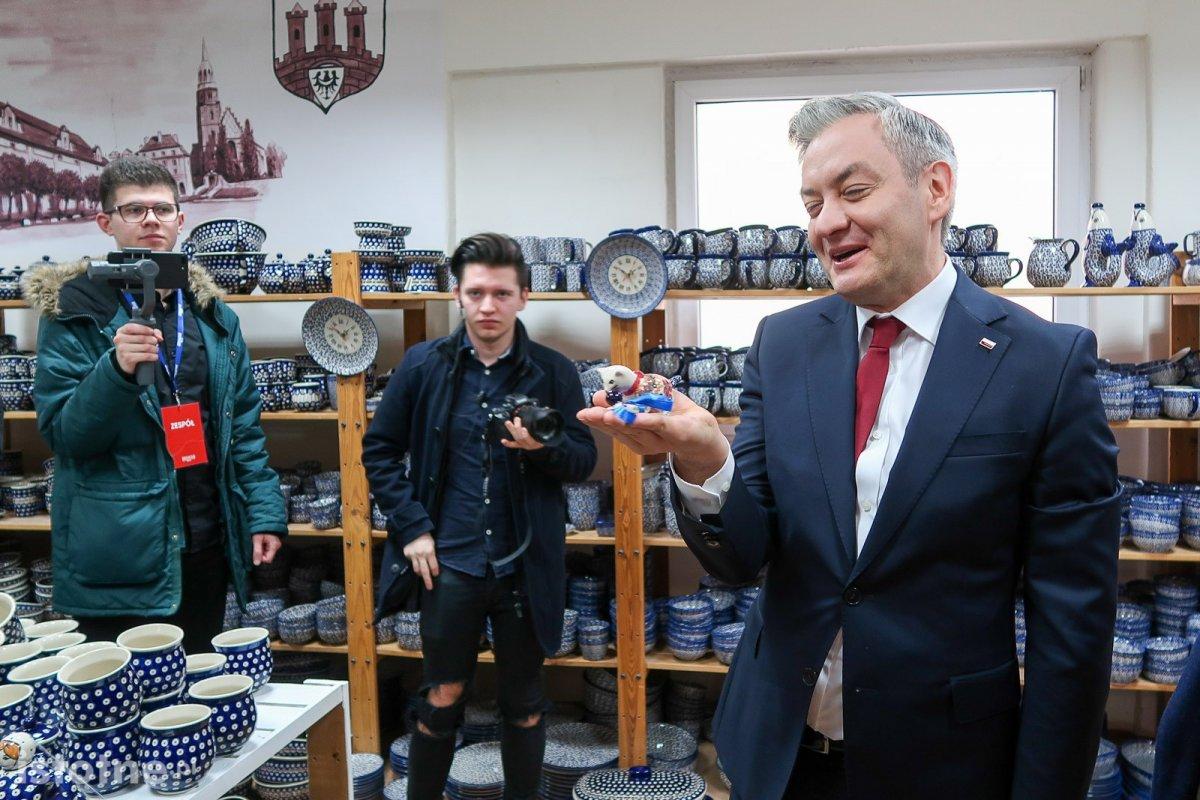 Robert Biedroń w zakładzie produkującym bolesławiecką ceramikę
