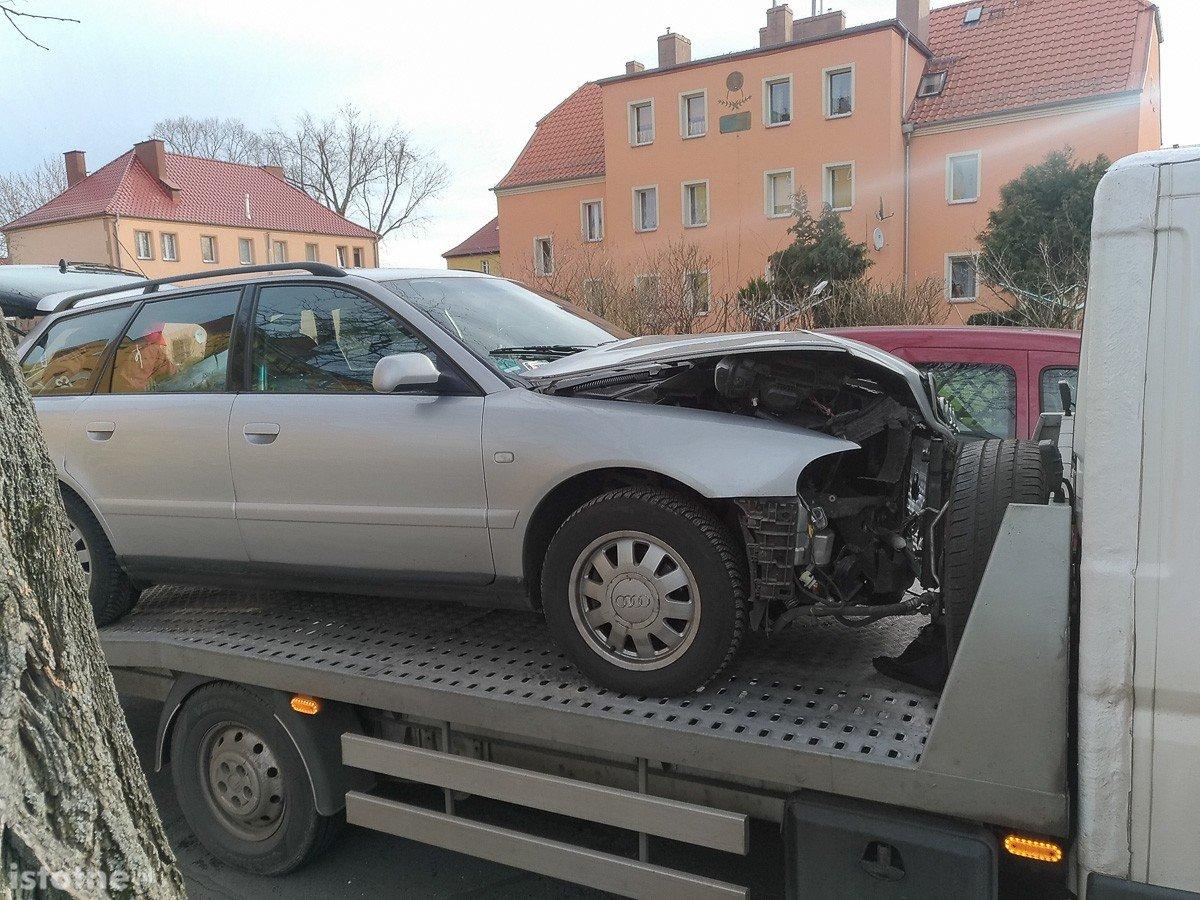 Audi i renault po zdarzeniu drogowym na ulicy Spokojnej w Bolesławcu