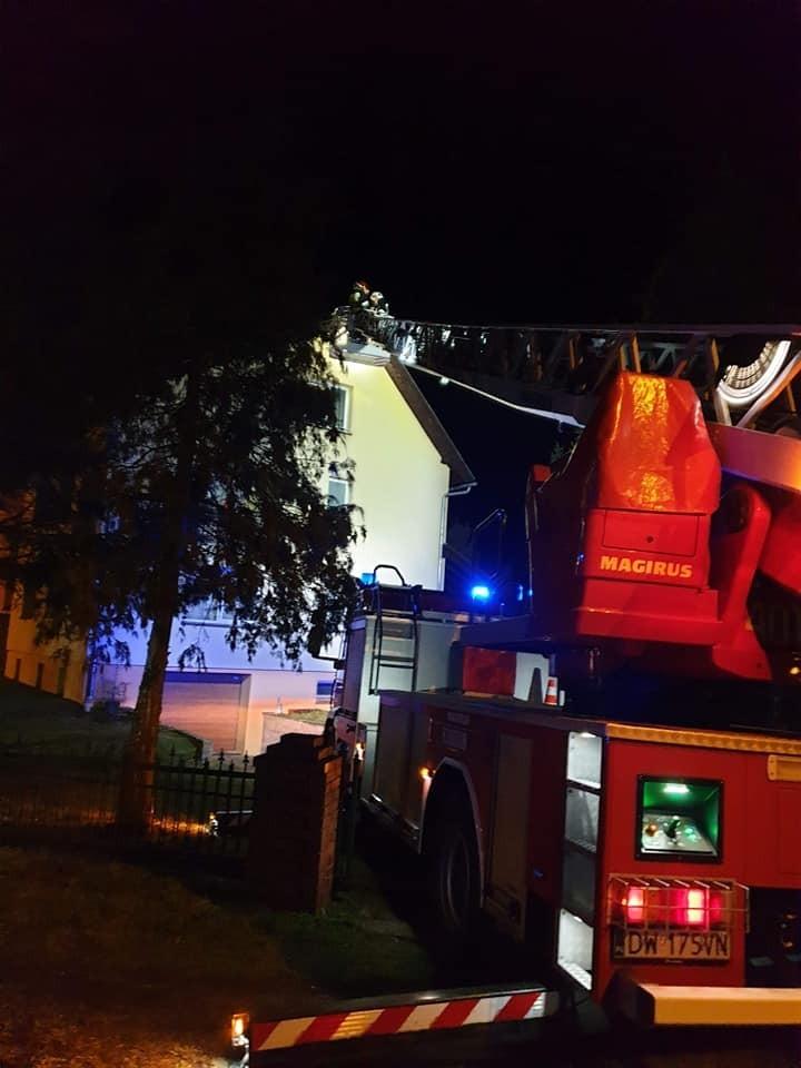 Akcja strażaków: uszkodzony krzyż na dachu domu parafialnego w Brzeźniku (gmina Bolesławiec).