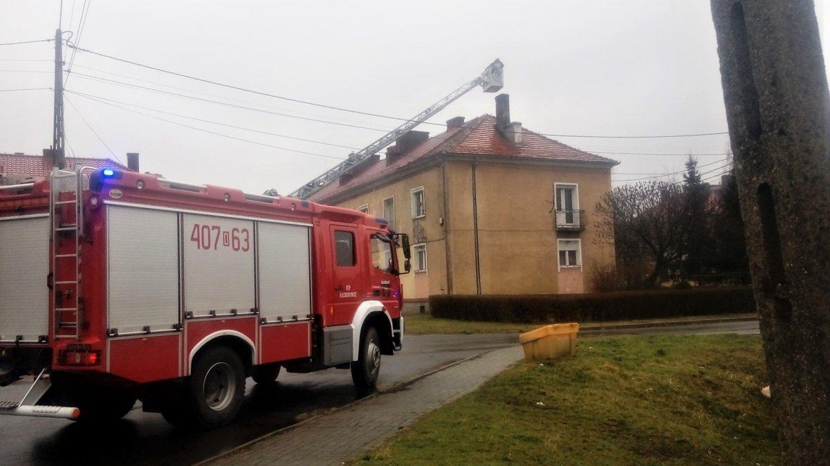 Samochód strażacki koło budynku w Iwinach