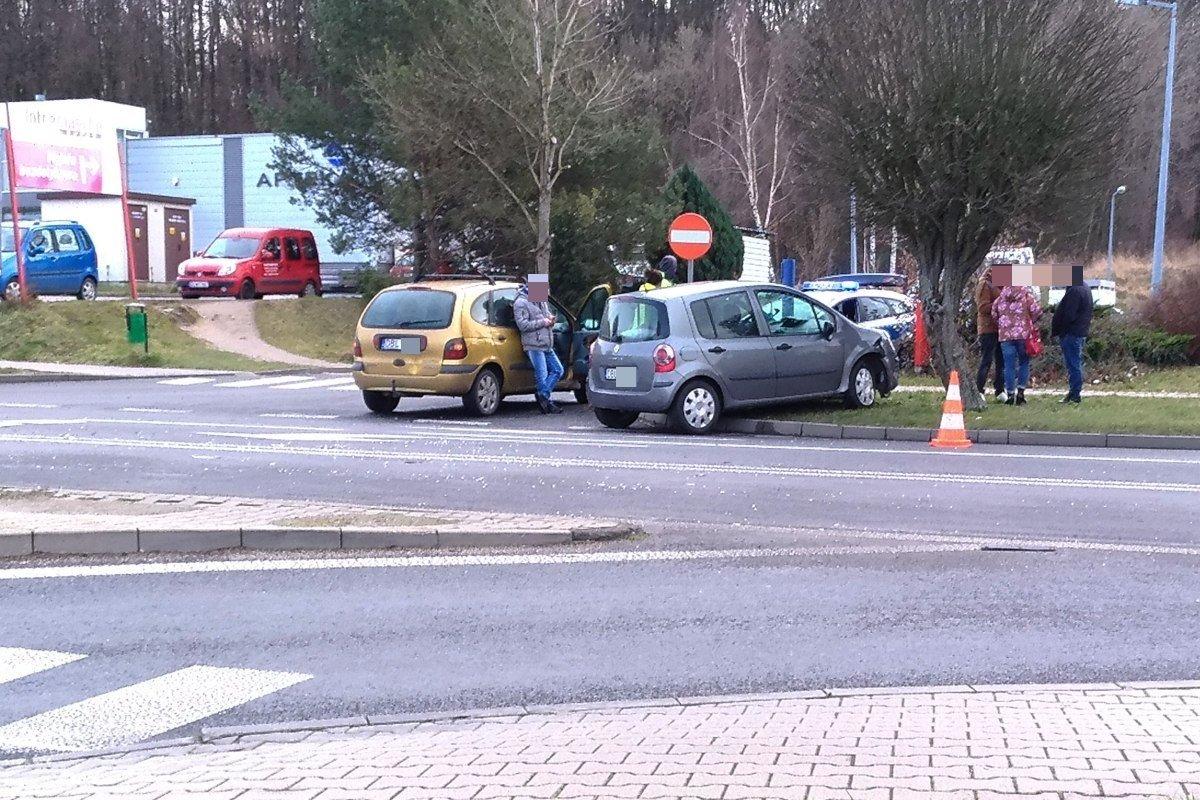 Samochody po zderzeniu na alei Tysiąclecia