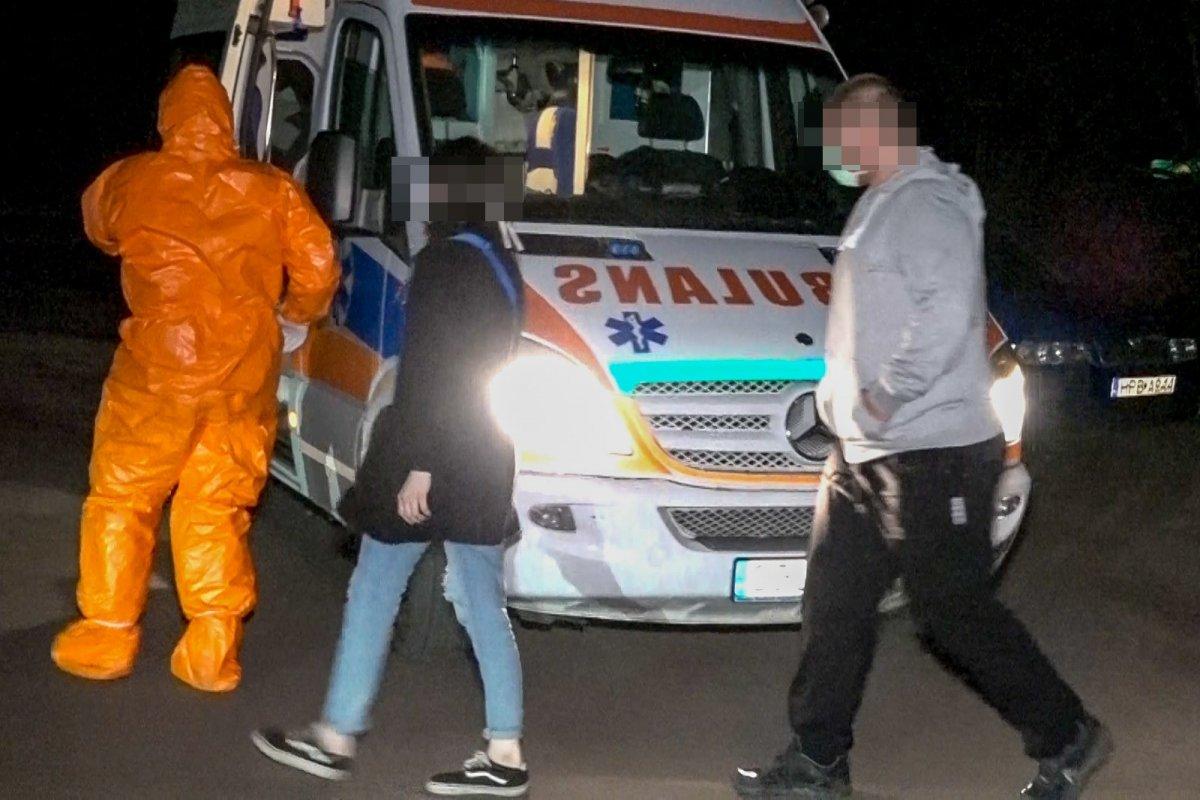 Wozy policyjne obstawiają auto z osobą podejrzaną o zarażenie koronawirusem