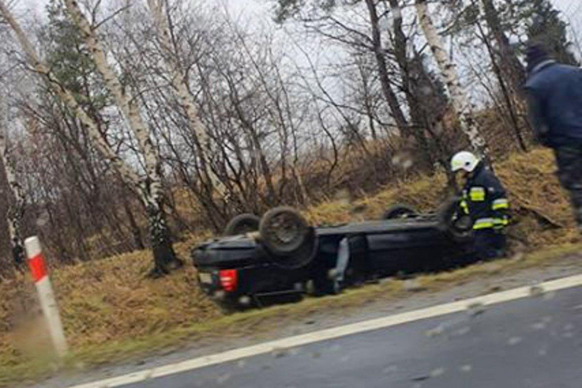 Auto w rowie po wypadku