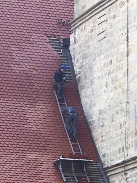 Pracownicy na dachu bazyliki