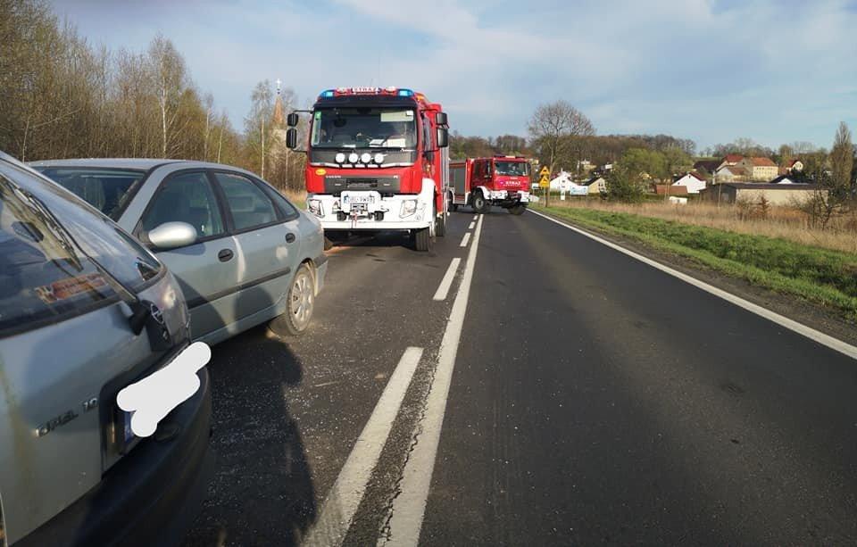 Zderzenie dwóch aut koło Tomaszowa Bolesławieckiego (gmina Warta Bol.)