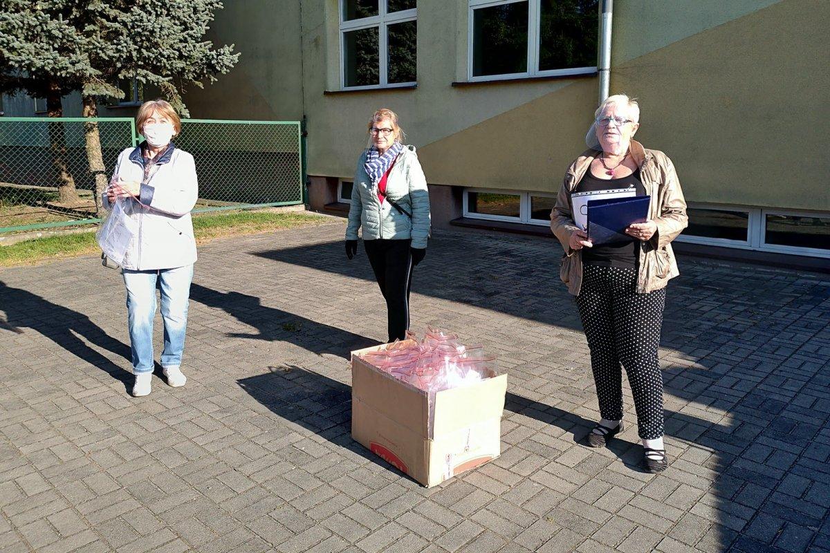 Akcja rozdawania przyłbic dla słuchaczy Uniwersytetu Trzeciego Wieku