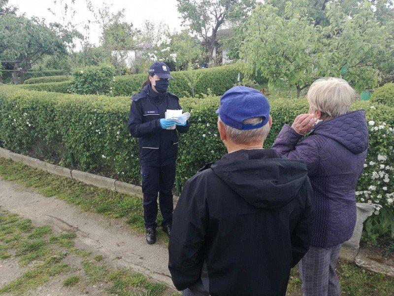 Policjanci rozdawali seniorom maseczki i ostrzegali przed oszustami