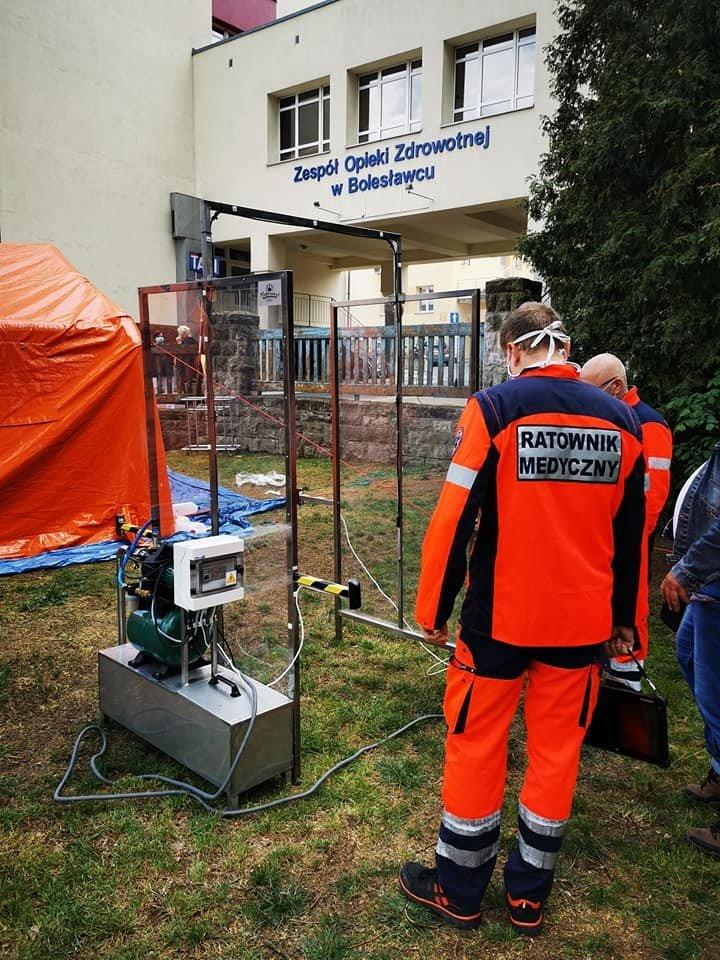 Kabina do dezynfekcji zamontowana przed bolesławieckim szpitalem