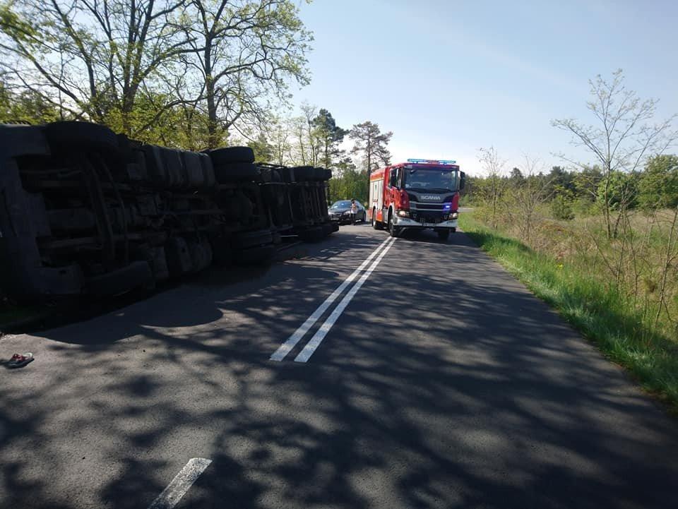 Ciężarówka przewróciła się na drodze Gromadka–Krzyżowa (gmina Gromadka, powiat bolesławiecki)
