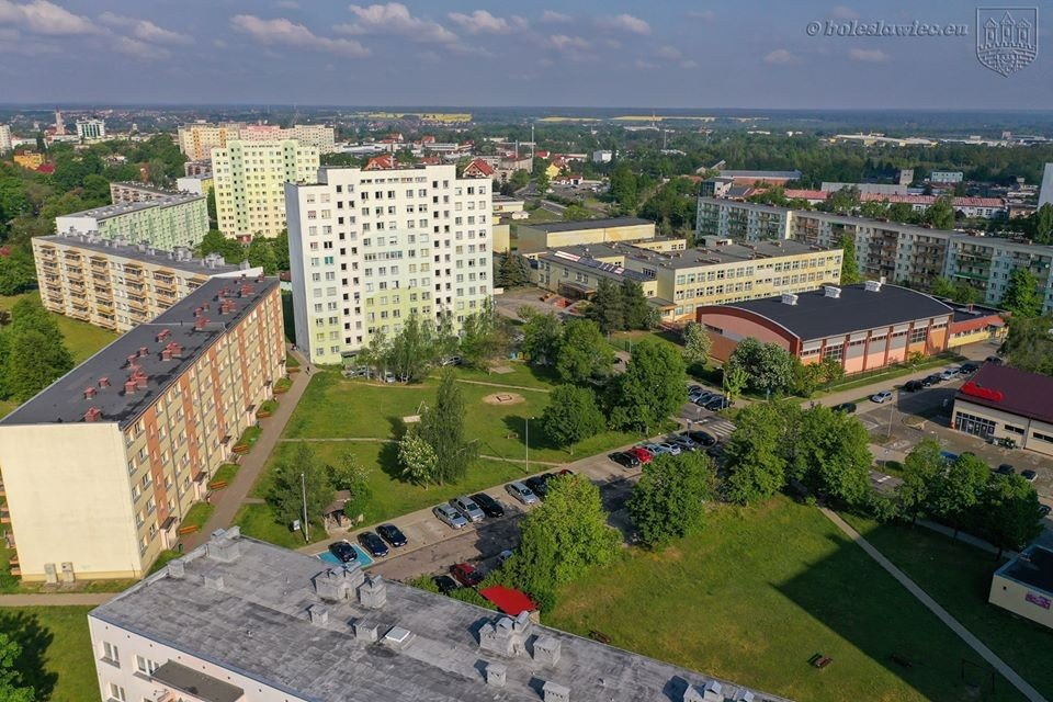 Prace przy przebudowie dach Szkoły Podstawowej nr 1 w Bolesławcu zakończone