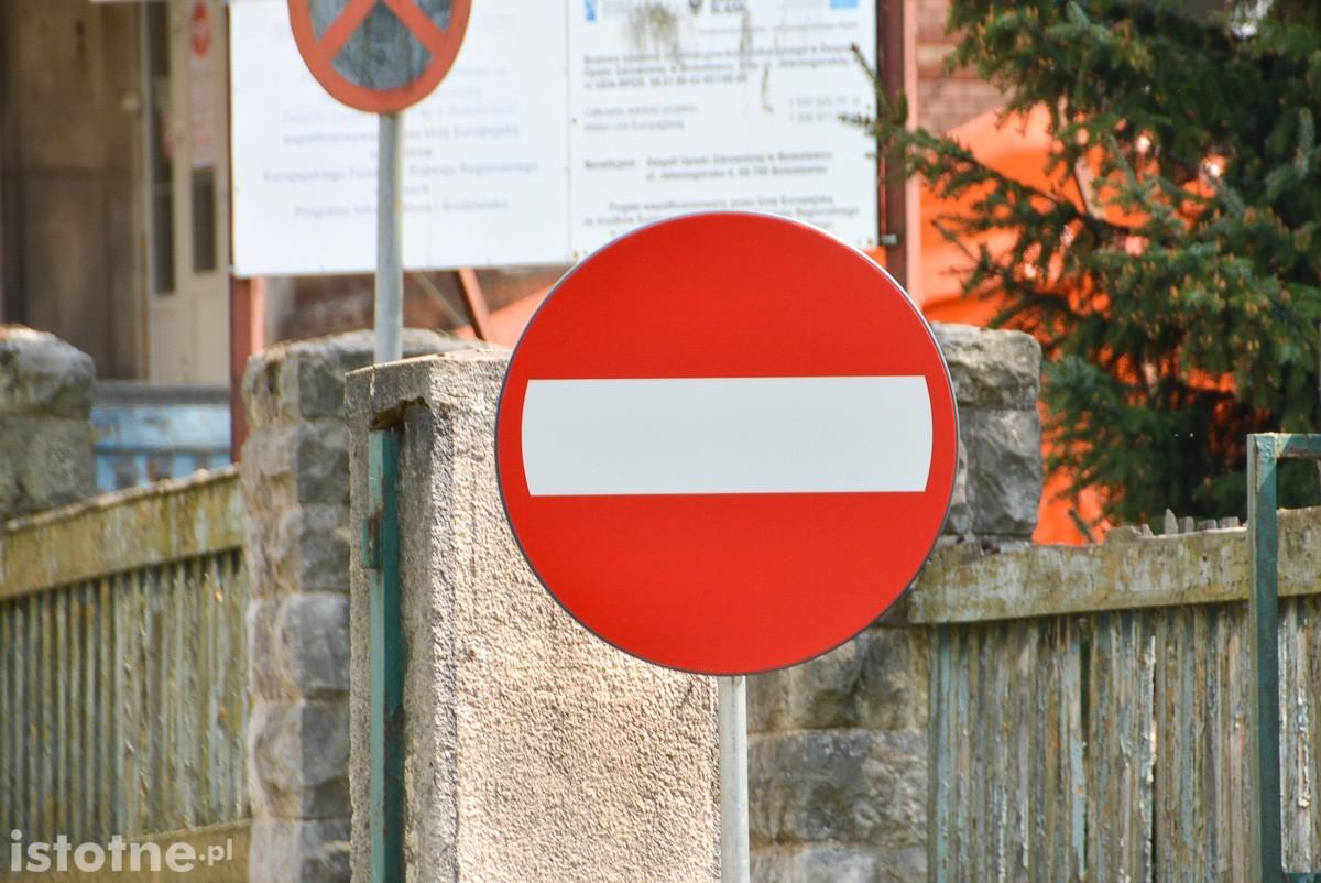 Zakaz wjazdu przy szpitalu powiatowym w Bolesławcu
