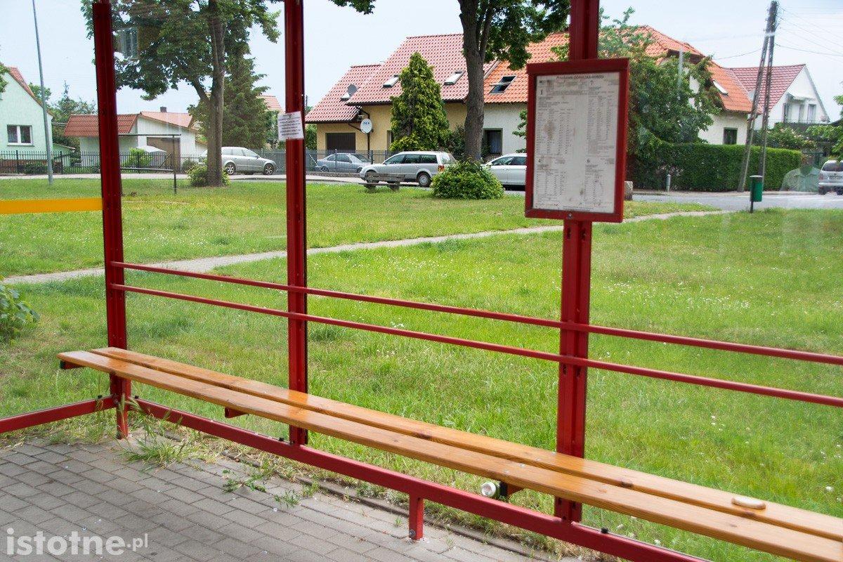 Zdemolowany przystanek przy ulicy Góralskiej w Bolesławcu