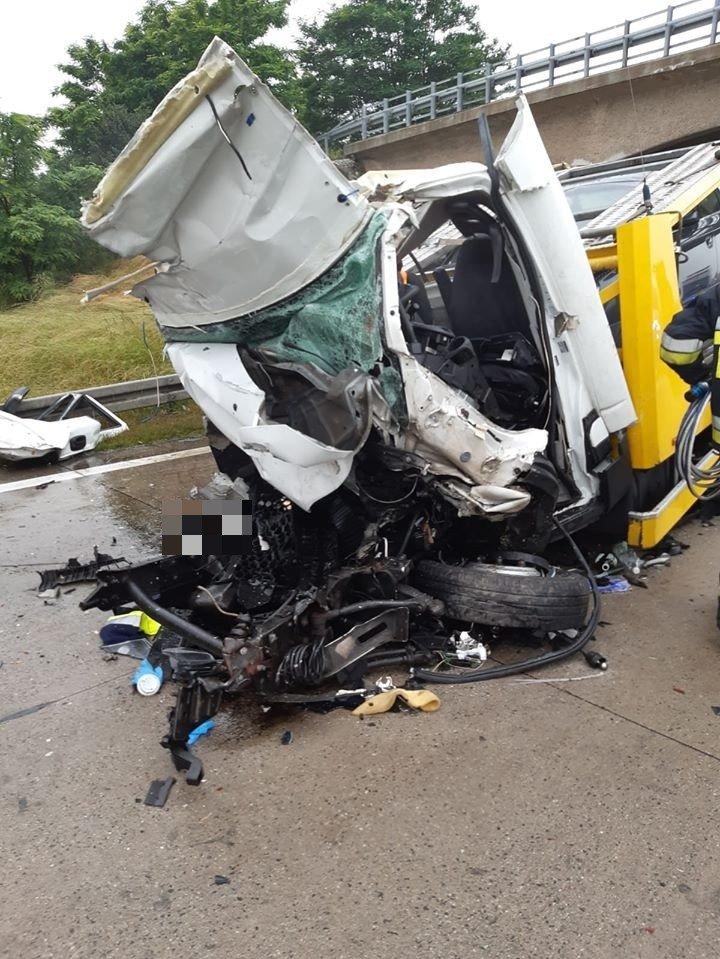 Wypadek na A4, bus-laweta zderzyła się z ciężarówką